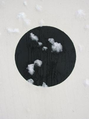 http://www.hugopernet.com/files/gimgs/th-14_06_ Cible_ Acrylique sur mur, neige,  2004-2005.jpg