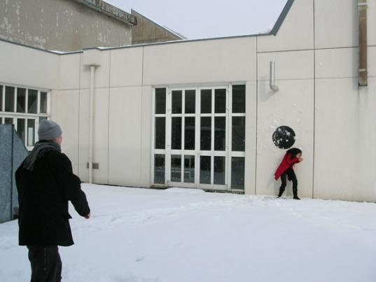 http://www.hugopernet.com/files/gimgs/th-14_05_ Cible_ Acrylique sur mur, neige,  2004-2005.jpg