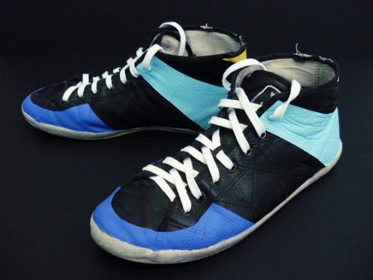 http://www.hugopernet.com/files/gimgs/th-19_02_ Shoes_ Acrylique sur cuir usé, lacets neufs, pointure 43.jpg